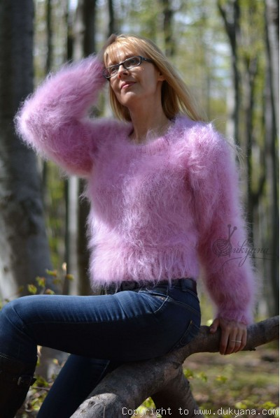Cropped crew neck mohair sweater in pink
