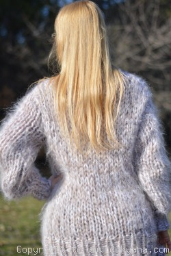 Chunky and soft crewneck sweater with a matching snood