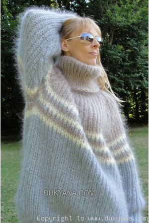 T-neck mohair sweater with raglan sleeve in beige and gray