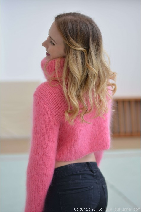 Cropped mohair Tneck sweater with thumbhole sleeves in hot pinkT94