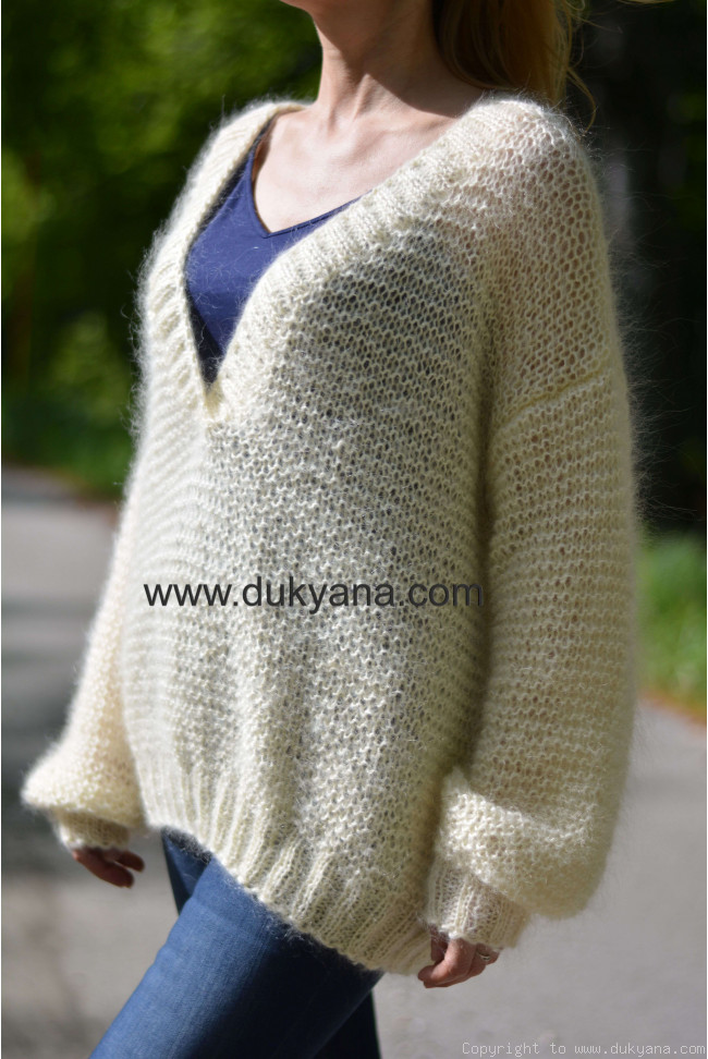 43b9e4412145 Oversized summer slouchy mohair V-neck sweater in white/V7