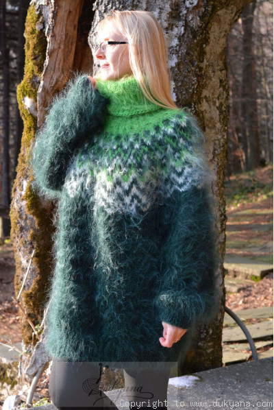 Fuzzy and soft Icelandic T-neck mohair sweater in bottle green