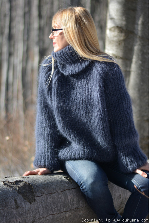 Hand knitted mohair sweater with raglan sleeve in beige