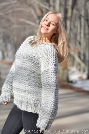 Chunky and supersoft wool sweater with matching beanie in marble gray