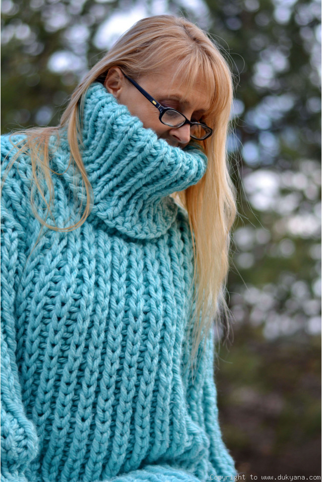 Knitted chunky wool sweater in mint/T103