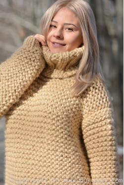 Chunky T-neck wool sweater in camel beige