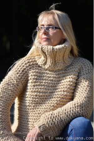 Chunky T-neck wool sweater in camel beige