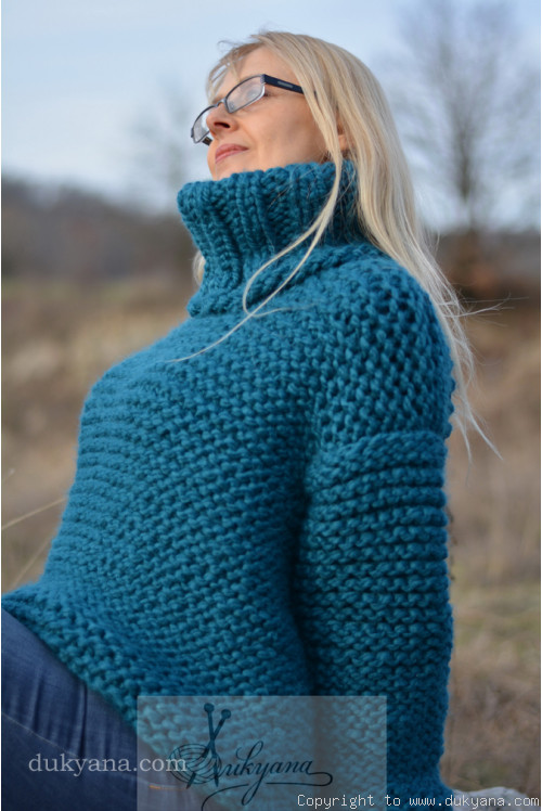Super soft and chunky T-neck wool sweater in teal