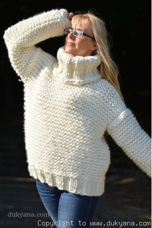 Chunky T-neck wool sweater in ivory white