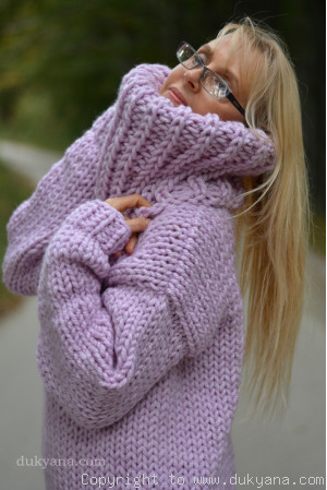 Big-collar chunky and soft handmade wool sweater in violet