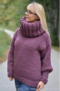 Big-collar chunky and soft handmade wool sweater in aubergine