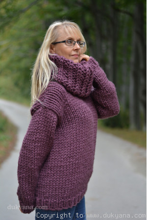 Big-collar chunky and soft handmade wool sweater in aubergine