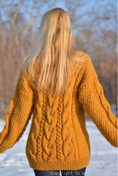 Woolblend T-neck cabled sweater in mustard