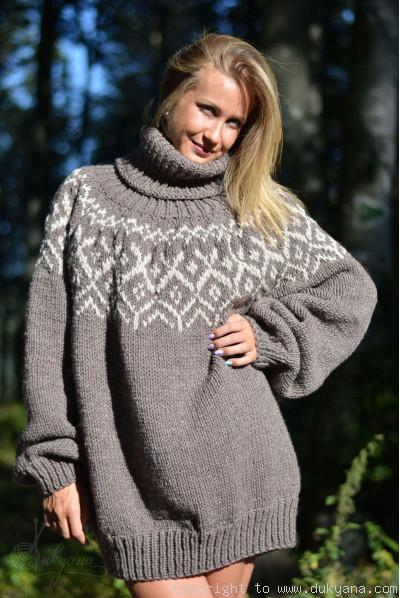 Wool blend Icelandic mens T-neck soft sweater in beige