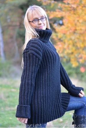 Merino blend mens T-neck ribbed sweater in black