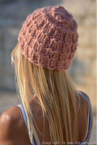 Warm and soft knitted beanie in dusty pink